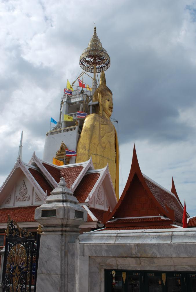 Un Bouddha debout
