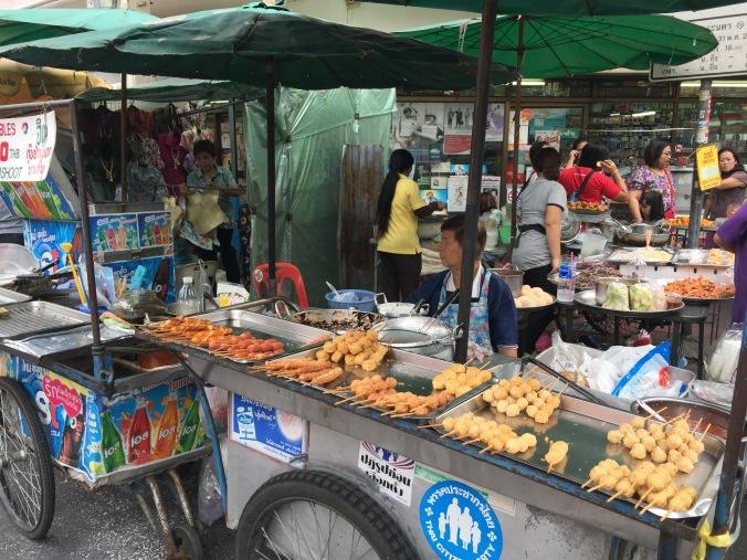 Les marchands de rue : brochettes de viande, riz gluants à la mangue, noix de coco, Pad Thaï : il y en a pour tous les goûts !