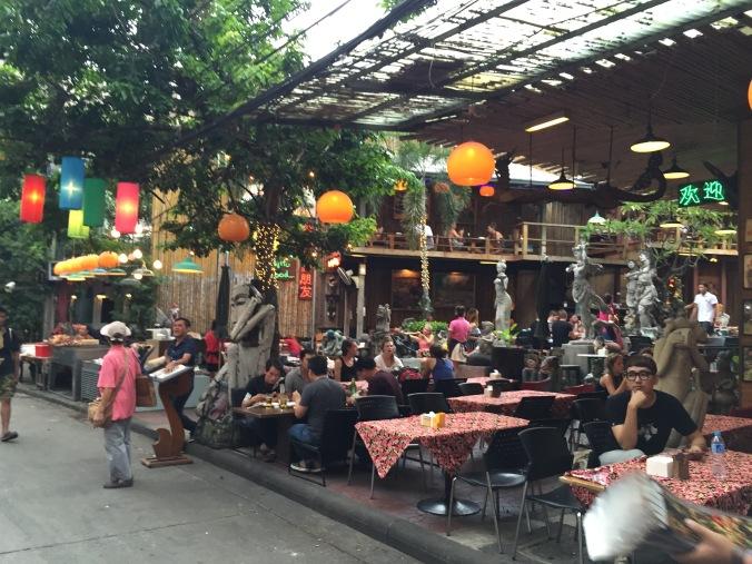 Un petit bar dans une rue adjacente