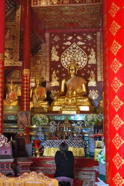 Agenouillée face à Bouddha