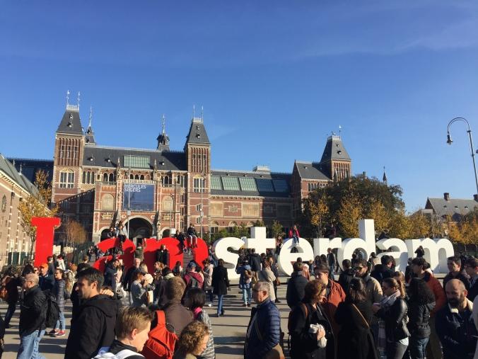 Le monde devant le I amsterdam du Rijksmuseum